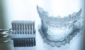 مرتب کردن دندان ها با ارتودنسی شفاف و نامرئی